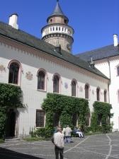 Стены внутреннего  двора замка украшены гербами французских провинций.