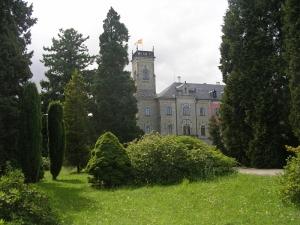 замок Сихров из сада.
