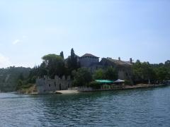 Остров в озере и на нем монастырь