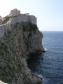 Суровые стены над ласковым морем