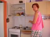 Марина на кухне.