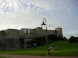 Крепость в Канне, люди отдыхают