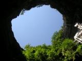 Пещера Падирак начинается вот с такой дырки